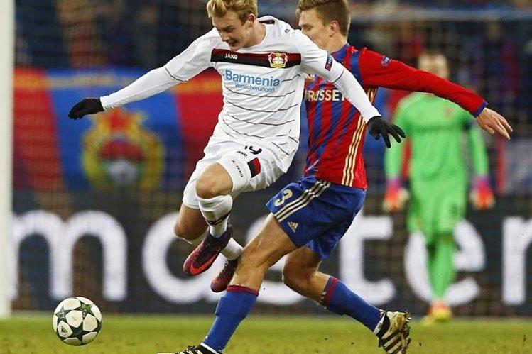 El jugador del CSKA de Moscú, Pontus Wernbloom lucha por el balón con Julian Brandt del Bayer Leverkusen durante un partido del grupo E de Liga de Campeones, en Moscú. (Foto Prensa Libre: EFE)