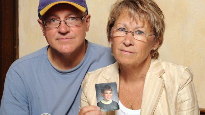 Jerry y Patty Wetterling, los padres de Jacob, muestran una foto de su hijo. AP