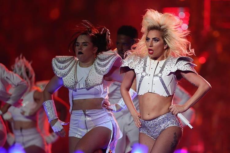Lady Gaga se defiende de quienes criticaron su cuerpo, durante la presentación del intermedio del Súper Bowl. (Fotos AFP/EFE)