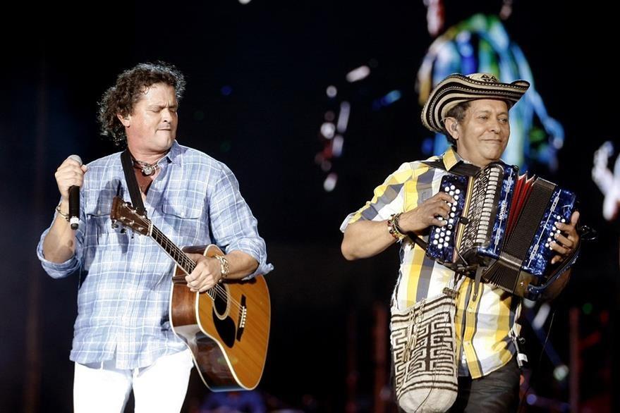 Carlos Vives canta junto a Egidio Cuadrado durante un concierto en el que rindió tributo al vallenato. (Foto Prensa Libre: EFE)