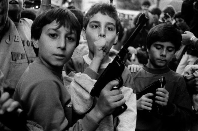 Letizia Battaglia ha tomado algunas de las fotografías más conocidas de la violencia mafiosa en Sicilia entre los años 1970 y 1990. Esta fotografía de 1986 muestra a niños posando en Palermo. LETIZIA BATTAGLIA