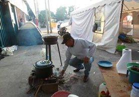 Manifestantes contra la minería utilizan leña para cocinar sus alimentos frente al MEM. (Foto Prensa Libre: Estuardo Paredes)