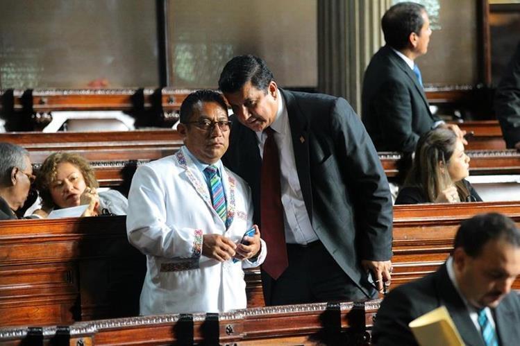 Cabildeo entre los diputados Francisco Trambriz —de blanco— y Estuardo Galdámez, ayer. (Foto Prensa Libre: Álvaro Interiano)