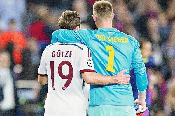 Mario Götze y Marc André ter Stegen compartieron frases y abrazos al finalizar el partido entre sus equipos Bayern Múnich y Barcelona. (Foto Prensa Libre: Hemeroteca PL)