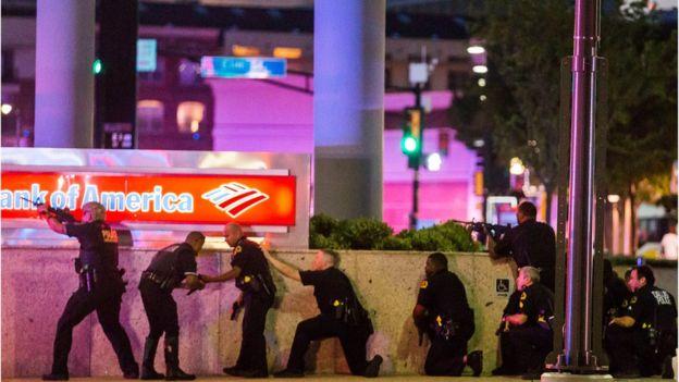 En el tiroteo de este jueves 5 policías murieron y otros siete oficiales y dos civiles resultaron heridos. AP