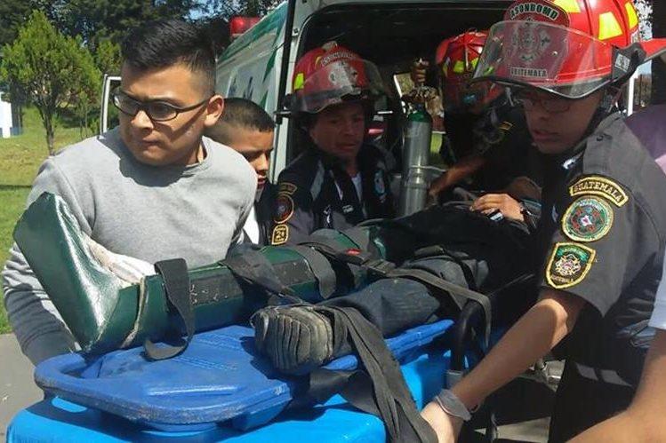 Socorristas trasladan a uno de los heridos en accidente de Tejutla al Hospital Nacional de San Marcos. (Foto Prensa Libre: Alexánder Coyoy)