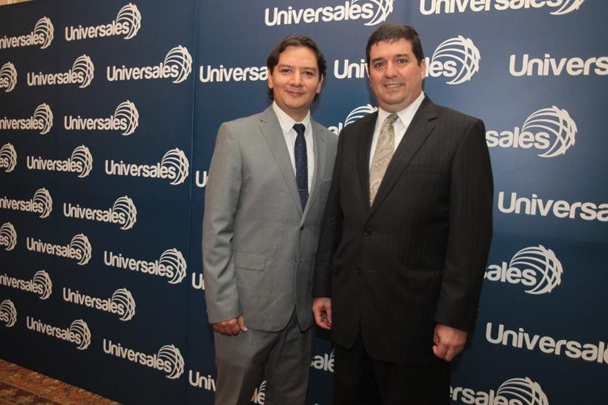 Mario Tello  y Felipe Sicilia, gerentes de mercadeo y general de Seguros Universales, respectivamente. (foto Prensa Libre: Edwin Castro)