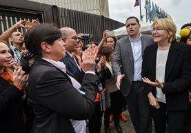Luisa Ortega Díaz (d), es aplaudida fuera de la sede de la Corte Suprema de Justicia en Caracas. (AFP).
