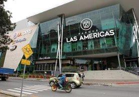 La estructura frontal del comercial Parque las Américas es de vidrio y aprovecha la iluminación natural. (Foto Prensa Libre: Paulo Raquec)