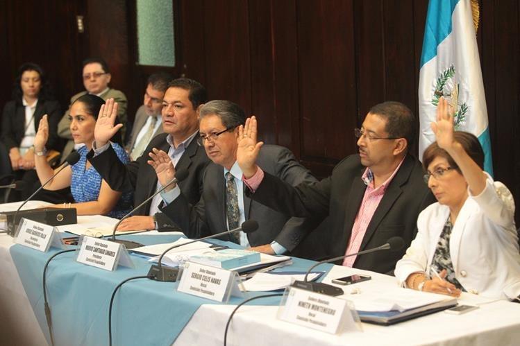 La comisión pesquisidora aprueba el informe circunstanciado en que recomienda al pleno retirar la inmunidad al presidente Pérez Molina y que sea puesto a disposición de la justicia.