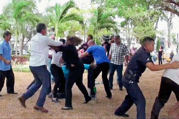 Los disidentes se encontraron hoy en una actividad previa a la Cumbre. (Foto Prensa Libre: EFE).
