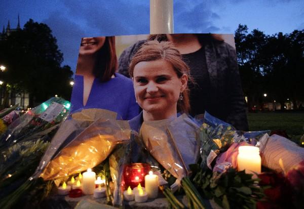 Decenas de personas se han acercado al lugar del ataque para colocar ofrendas florales a la diputada Jo Cox. (Foto Prensa Libre: Agencias).