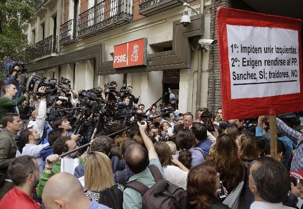 Numerosos periodistas a la entrada de la sede del PSOE en Ferraz,Madrid. (EFE),