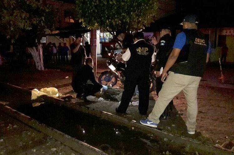 A un costado de la línea férrea fue ultimado a balazos Víctor García España. Foto Prensa Libre: Dony Stewart.