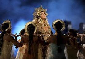 La cantante Beyoncé se presentó en la ceremonia de los Grammy. Su actuación fue muy elogiada por el atractivo visual. (Foto Prensa Libre: AP).