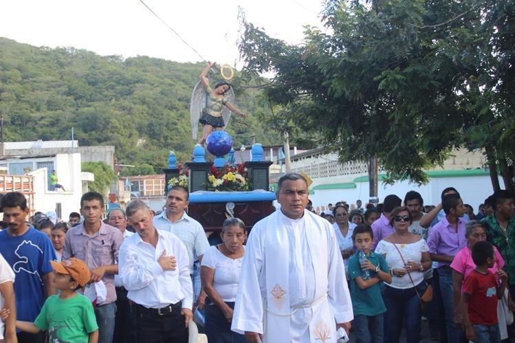 Feligreses de Gualán, Zacapa, asisten a procesión en honor de San Miguel Arcángel. (Foto Prensa Libre: Víctor Gómez)