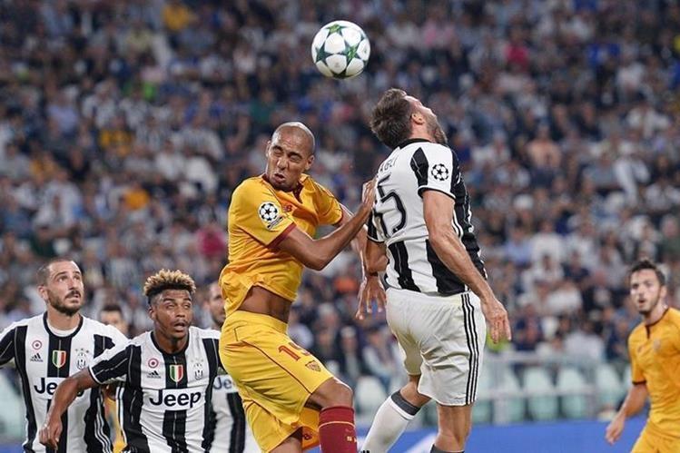 Andrea Barzagli de la Juventus le gana el balón a Steven N'Zonzi del Sevilla. (Foto Prensa Libre: AFP)