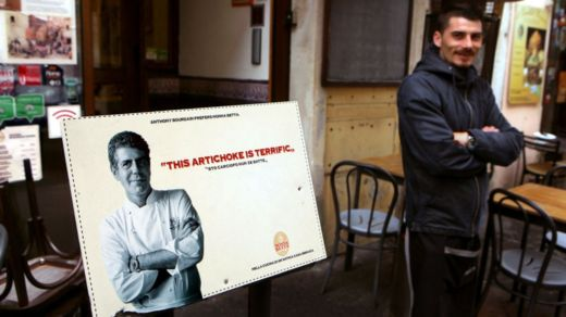 Restaurantes recomendados por Bourdain en todo el mundo lucen orgullosos su imagen por haber superado el exigente criterio del chef. GETTY IMAGES