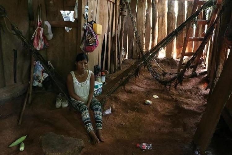 La familia García vive en una casa de madera. Todos duermen en un solo cuarto. (Foto Prensa Libre: Carlos Paredes)