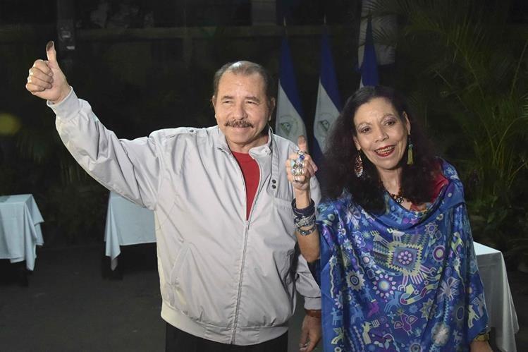 El presidente de Nicaragua, Daniel Ortega, y su esposa, Rosario Murillo (d), posan después de votar este domingo. (Foto: Prensa Libre: EFE).