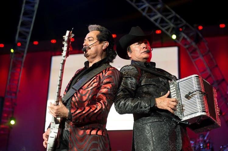 El grupo mexicano Los Tigres del Norte es cuestionado por cantar corridos con temas de narcotráfico. (Foto Prensa Libre: EFE)