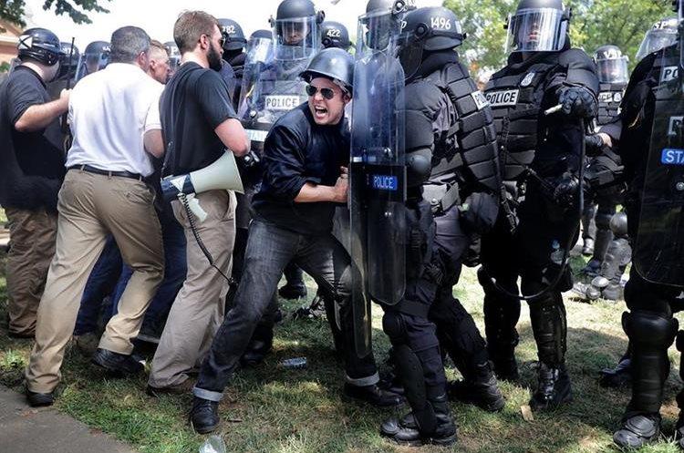 """Nacionalistas """"neonazis"""" chocan con la Policía. (Foto Prensa Libre: AFP)"""