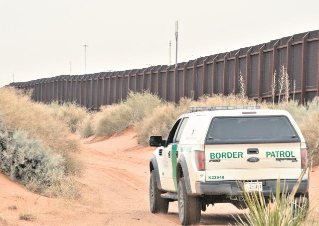 Una unidad de la Patrulla Fronteriza recorre la frontera entre Estados Unidos y México. (Foto Prensa Libre: Hemeroteca PL).