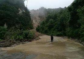El paso por el cerro Lec está bloqueado por un derrumbe. (Foto Prensa Libre: Angel Julajuj)