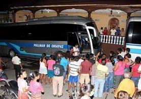 Autoridades de la PGN resguardan a los adolescentes migrantes que se dirigían hacia Quetzaltenango. (Foto Prensa Libre: Rolando Miranda)