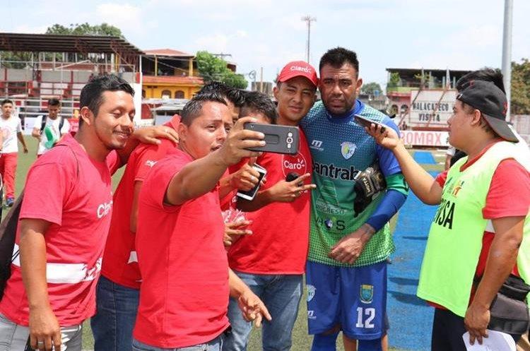 El exarquero de Municipal fue el más solicitado por los aficionados de Malacatán. (Foto Prensa Libre: Raúl Juárez)