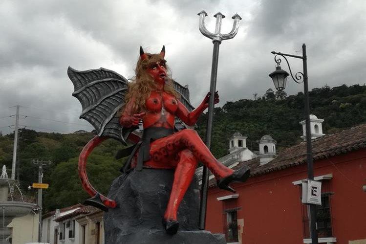 Efigie que fue retirada en la Antigua Guatemala. (Foto Prensa Libre: Miguel López).