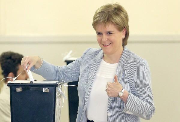 Nicola Sturgeon,Primer ministra de Escocia, emite su voto en Glasgow.(AFP).