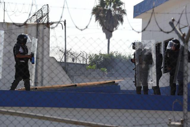 Un grupo de agentes antimotines ingresa a la correccional para evitar que la situación  se tornará violenta. Foto Prensa Libre: Estuardo Paredes.