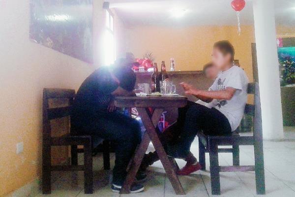 Jóvenes ingieren licor libremente en una cantina ubicada a pocas cuadras de un colegio, ante la carencia de control por parte de las autoridades correspondientes, en la zona 1 de Xelajú. (Foto Prensa Libre: Carlos Ventura)