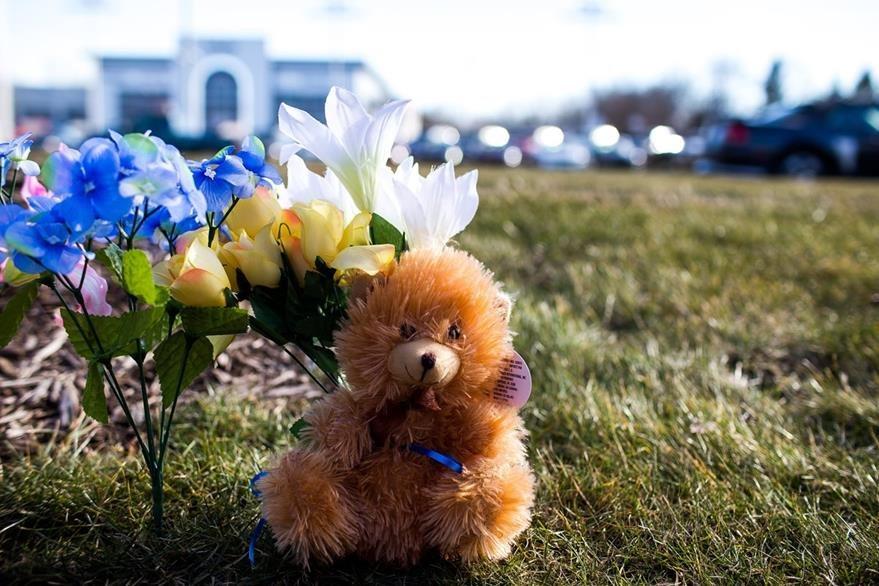 Personas han colocado ofrendas florales en los lugares donde ocurrieron las muertes. (Foto Prensa Libre: AP).