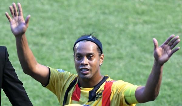 Ronaldinho disputó recientemente un partido de exhibición en Honduras, ahora lo hará en Costa Rica. (Foto Prensa Libre: AFP)
