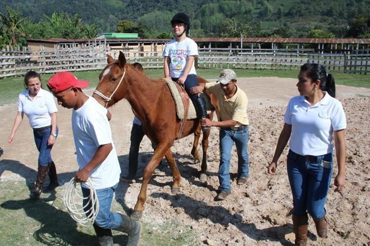 Krista González es acompañada por especialistas durante el tratamiento. (Foto Prensa Libre: Eduardo Sam)