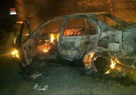 Taxi que fue quemado por una turba en el Estor, Izabal. (Foto Prensa Libre: Dony Stewart)