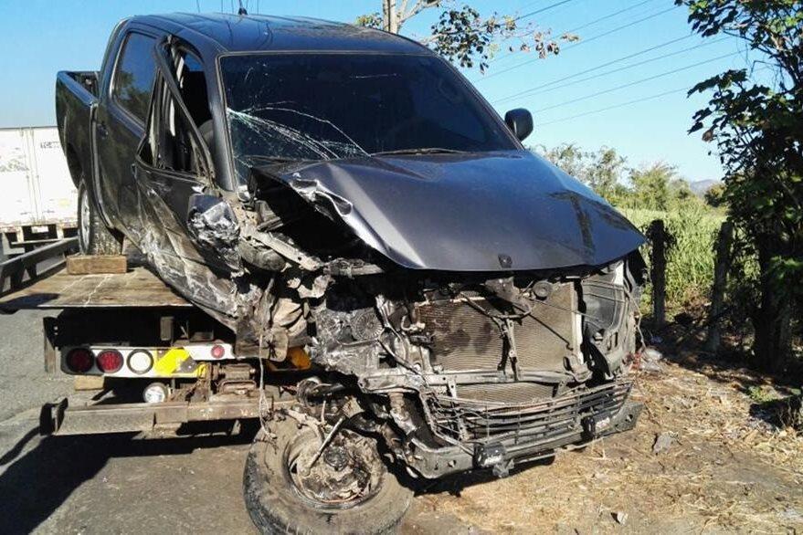 Picop queda destruido de la parte delantera, luego de accidente en Siquinalá, Escuintla. (Foto Prensa Libre: Carlos E. Paredes)