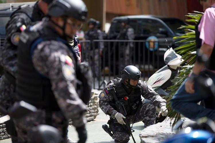Agentes revisan el área donde ocurrió el incidente. (Foto Prensa Libre: AP).