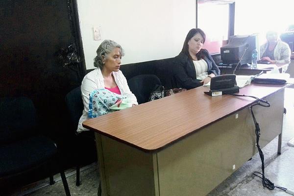 Linda Lara, madre de la niña víctima, junto con su abogada defensora