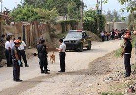 La autopatrulla de la PNC atacada a balazos permanece en un camino de la cabecera de Chimaltenango. (Foto Prensa Libre: Víctor Chamalé)