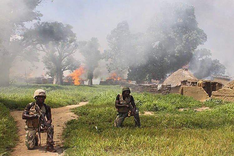 Soldados de Nigeria limpian campos del grupo terrorista de Boko Haram en Borno. (Foto Prensa Libre: EFE)