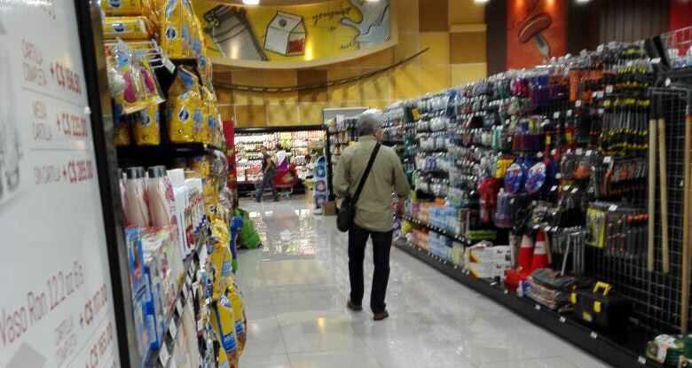 El diputado Luis Rabbé se retira apresuradamente de un centro comercial en Nicaragua al percatarse de la presencia de guatemaltecos. (Foto Prensa Libre: Guatevisión)