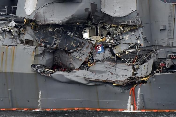 El destructor USS Fitzgerald es trasladado en el puerto de Yokosuka, al suroeste de Tokio.(AFP).