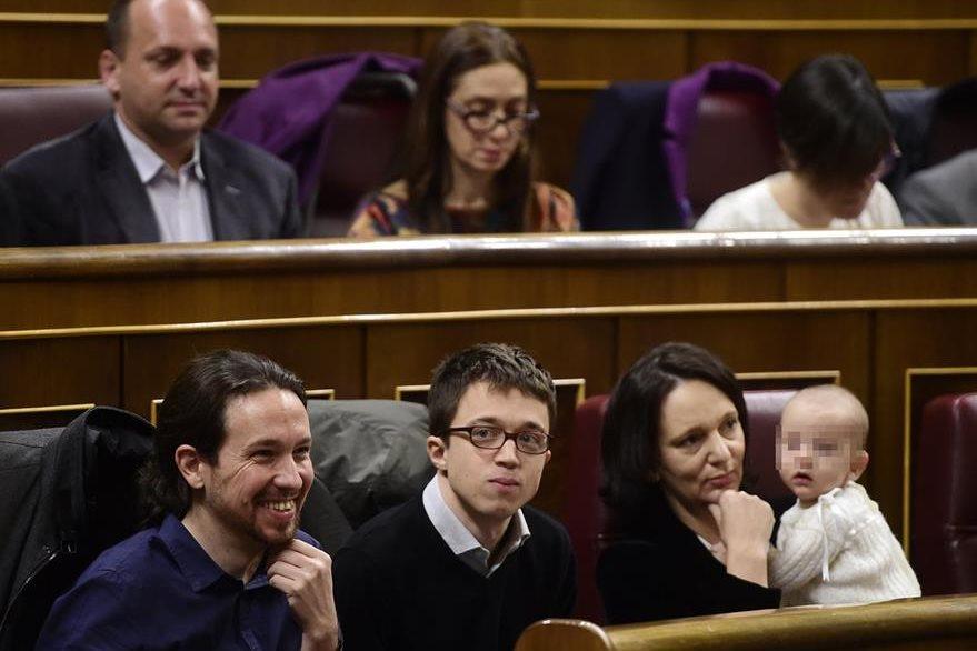 La diputada Carolina Bescansa acudió con su bebé al Parlamento. (Foto Prensa Libre: AFP).