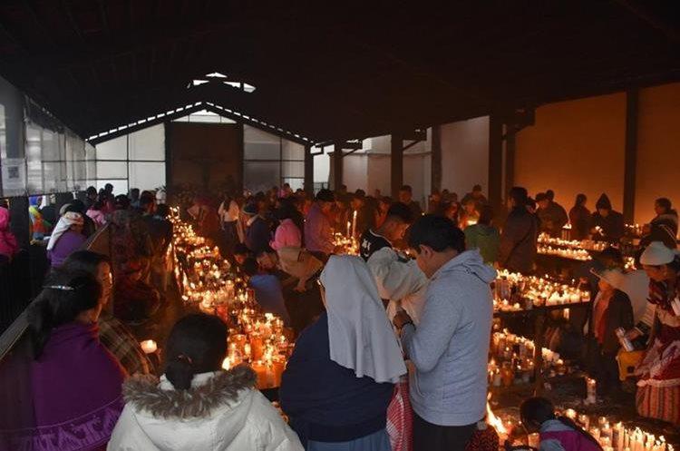 Feligreses colocan sus velas en un área especial, como parte de su visita al Cristo Negro.(Foto Prensa Libre: Mario Morales)