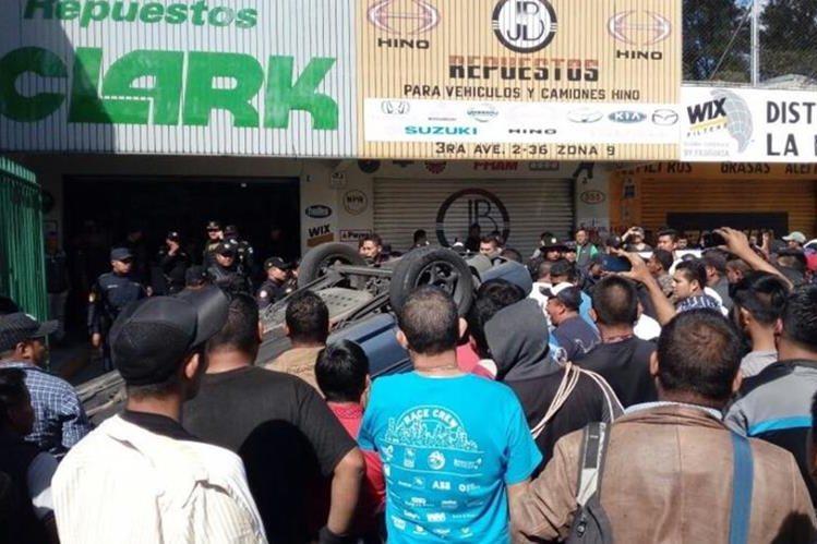 Unas cien personas volcaron un vehículo donde supuestamente se trasladaban los presuntos extorsionistas. (Foto Prensa Libre: E. Paredes)