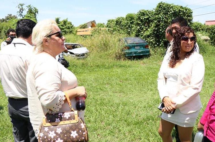 Iliana Ceberg (izquierda), la propietaria del terreno que actualmente ocupa la comisaría 33. (Foto Prensa Libre: Cristian Icó)