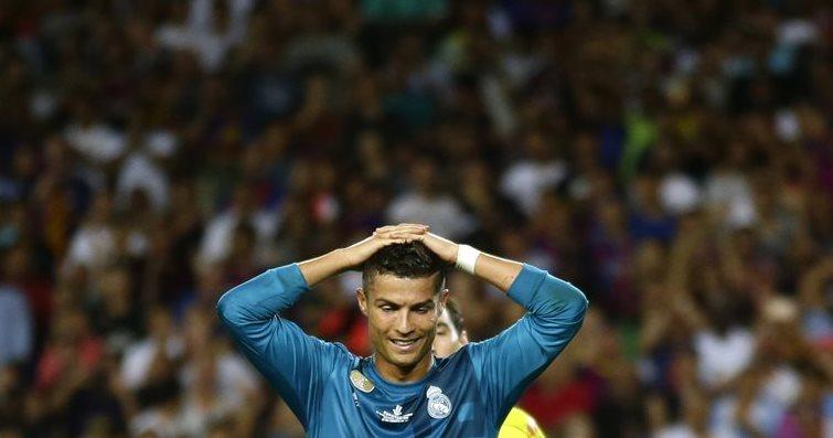 Cristiano Ronaldo se lamenta después de que el árbitro le muestra la tarjeta roja en el partido contra el FC Barcelona. (Foto Prensa Libre: AP)